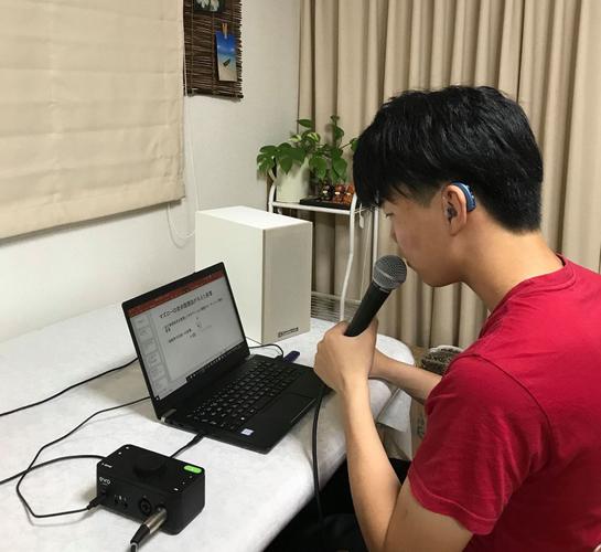 オンライン授業を受講する大田竜聖くん、PCからの音と自分のマイクからの音をミライスピーカー・ボクシー2で聴いている