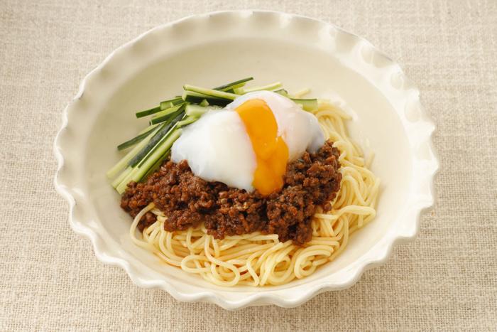 「ジャージャー麺風」:肉みそに濃厚な赤だしみそを使うと味に深みが。麺にたっぷりとのせからめながらどうぞ。