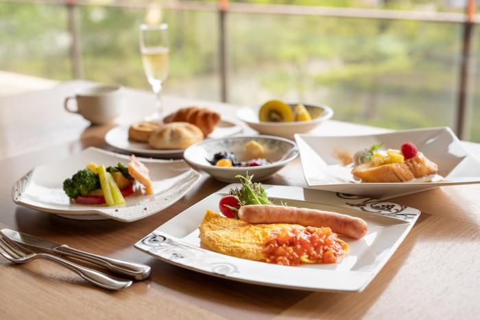 リゾートの朝食で爽やかな一日のスタートを