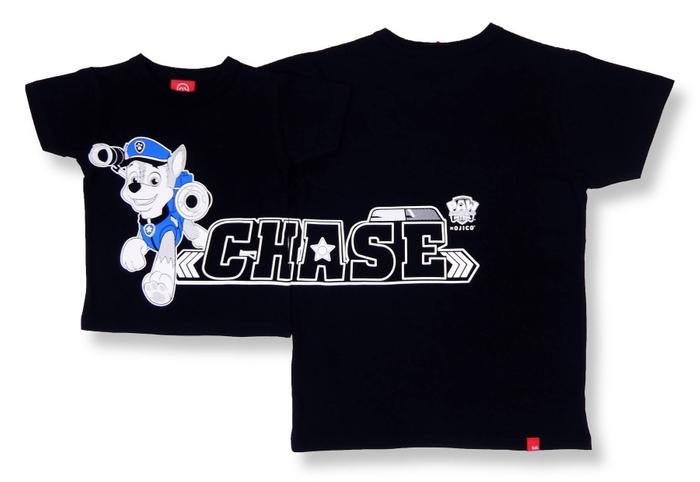 ポリスカー(警察車両)を乗りこなし、しっかり者のジャーマンシェパードの男の子「チェイス」がモチーフ。 フロントからバックまで「CHASE(チェイス)」のロゴが大きくつながるデザインです。