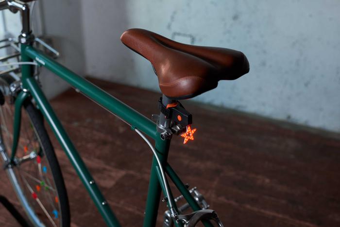 「テールライト Star」価格:790円/点灯・点滅の切り替えが可能なかわいいテールライト。便利なUSB充電式。※ハート型もあります。