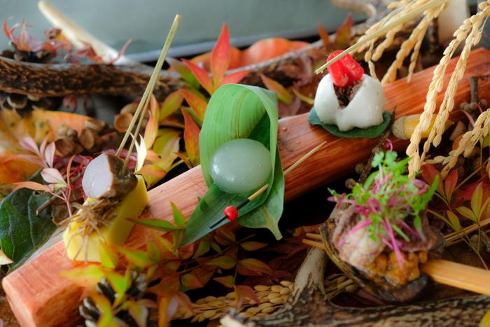 お茶菓子をイメージした(写真右から)木苺大福、シャンパンとコスモスのわらび餅、さつまいもとトリュフの羊羹
