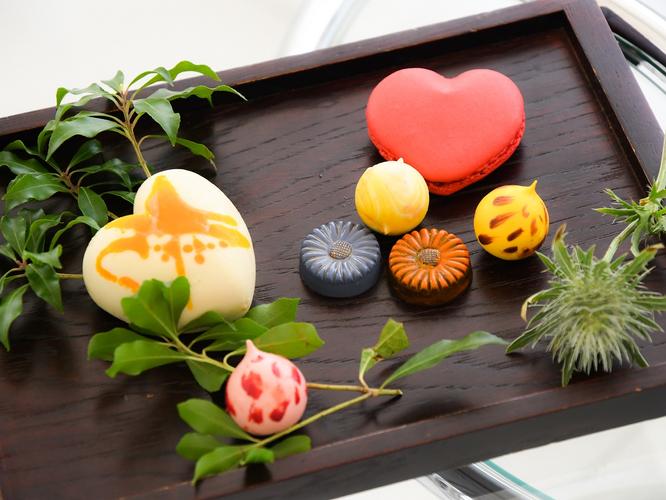 お花型のショコラやハート型のマカロン