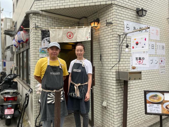店主の大澤さん(左)と奥様(右)