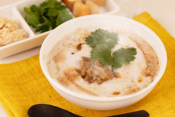 鹹豆漿(シェントウジャン)』(トッピング:蒸し鶏、パクチー、揚げパン)
