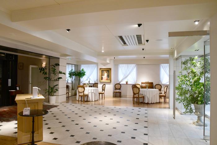 レストランエントランス。お客様同士の距離を十分に保てるようスペースを広く確保しております。