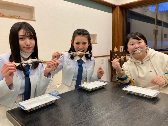 (左から)MC大谷満理奈(STU48)・峯吉愛梨沙(STU48)・近藤くみこ(ニッチェ)