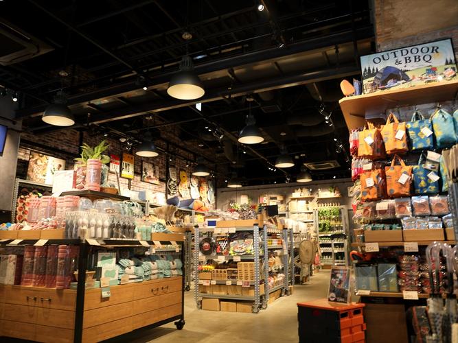 約5,000点の商品が並ぶ物販エリア