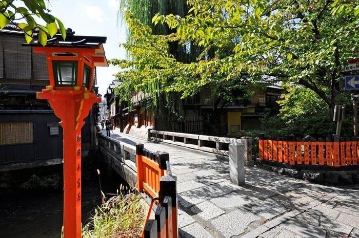 「麺処むらじ」からすぐ傍の巽橋