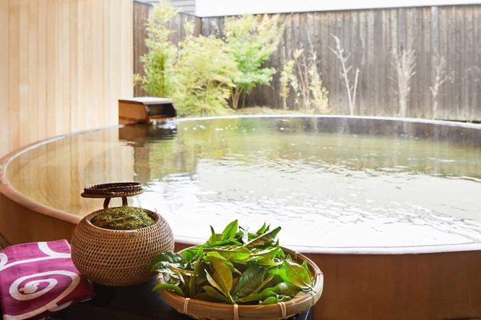 露天風呂でお茶玉入浴