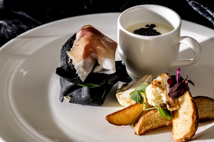フードプレート:ズワイガニとポテトのオモニエール イタリア産生ハムを添えて / ビシソワーズ / カリフラワーとポテトのフリット