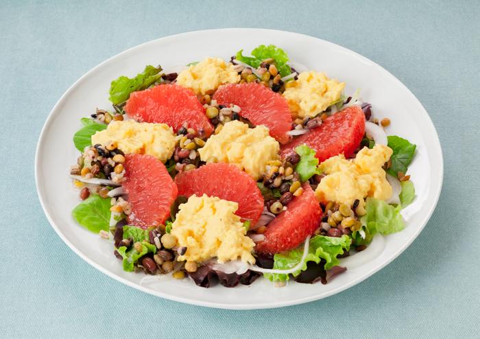 スクランブルエッグとグレープフルーツのパワーサラダ(「10種ミックス 豆と穀物」使用)