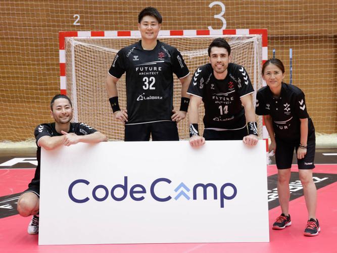 一期生:左から東長濱秀希選手、橋本明雄選手、土井レミイ杏利選手、高宮悠子マネージャー