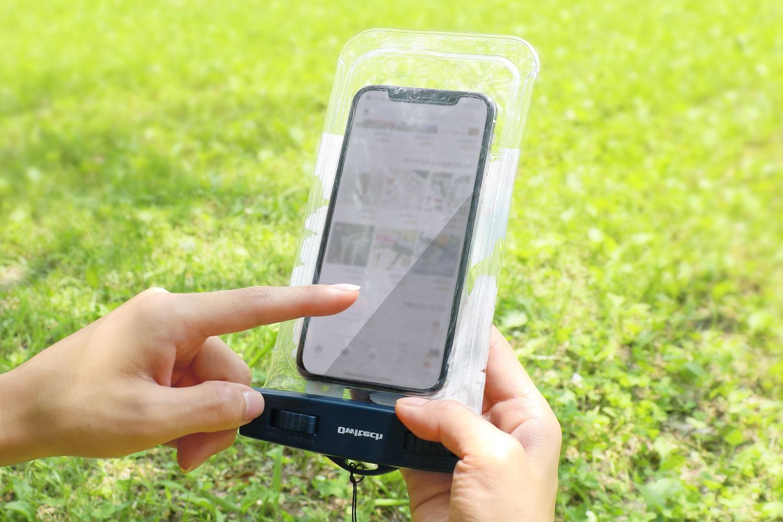 スマートフォンを防水ケースに入れたまま操作が行なえます