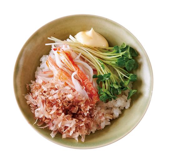 【だしいらずで極うまレシピ 削り節って使える!】より、メニューの一例「かにかまと貝割れのおかかマヨご飯」