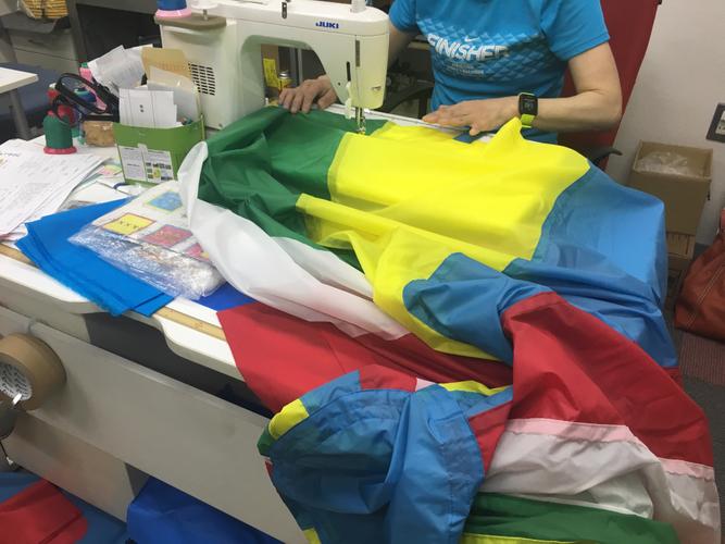 バルーンの縫製作業