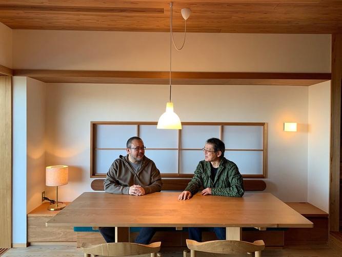 建築家の伊礼智さん(右)とコピーライターの岡本欣也さん(左)