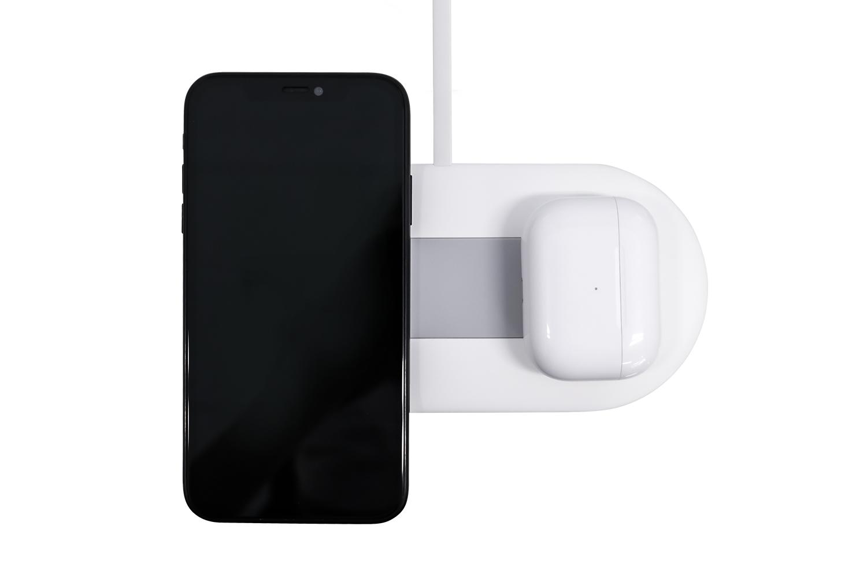 OWL-QI10W2Q18Wでスマートフォンと完全ワイヤレスイヤホンを充電する様子
