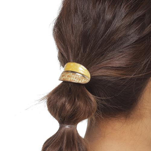 「ポニーフック 3002 OvHalf Rt Em YE」ゴムでまとめた髪に差し込むだけで簡単にヘアアレンジが楽しめるポニーフック。 ラタンとビタミンカラーのツートンが、後ろ姿や横顔を明るく大人可愛い印象をグンと上げてくれます。