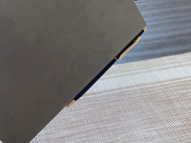 背表紙に金属製のペンが付きます
