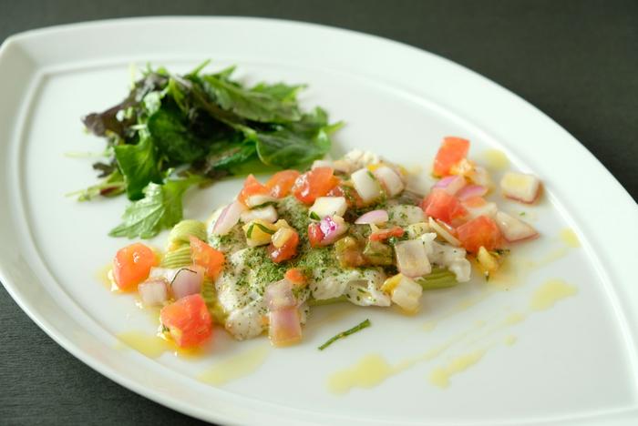 「真鯛のコリアンダー風味の真鯛のアラヴァプール 爽やかなレモンコンフィと本日の新鮮野菜を添えて」