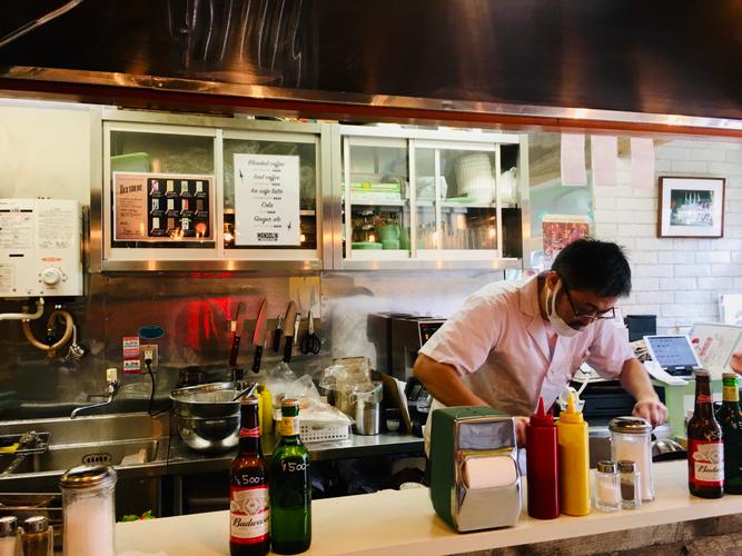 オープンキッチンで丁寧にハンバーガーを焼き上げる店主の今村さん
