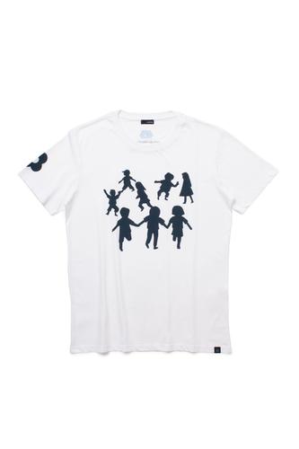チャリティーTシャツの表面には、ラルディーニ ファミリーの第二世代8名の幼少期とレーガ・デル・フィロ・ドーロの活動により目標に向かってひたむきに生きる子供たちの姿を重ね合わせたイラストが描かれています。