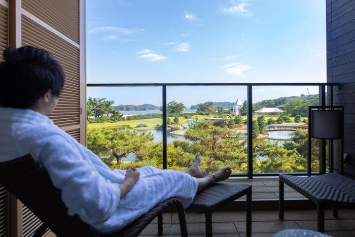 ガーデンテラス12㎡/汐風を感じながら、松島湾とガーデンビューをただただ眺めて過ごす大人のぜいたく時間。