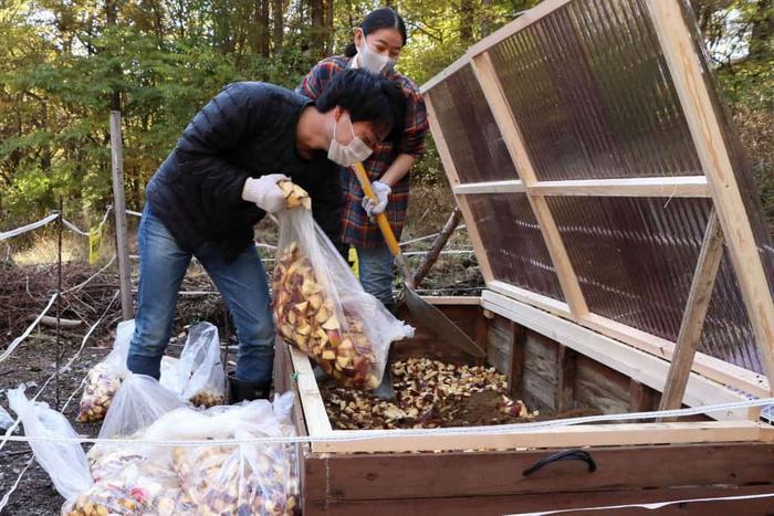 軽井沢星野エリア内の敷地にて、トンボの湯スタッフが堆肥化に取り組む様子