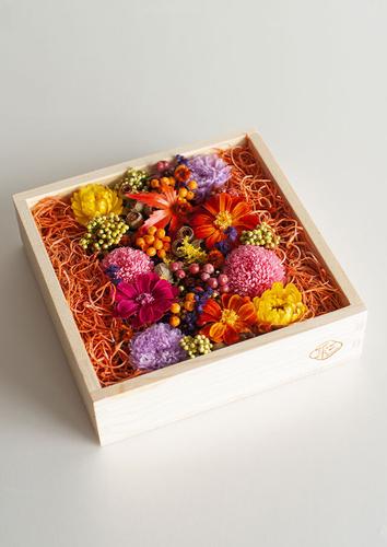 お重箱にお花を敷き詰めて
