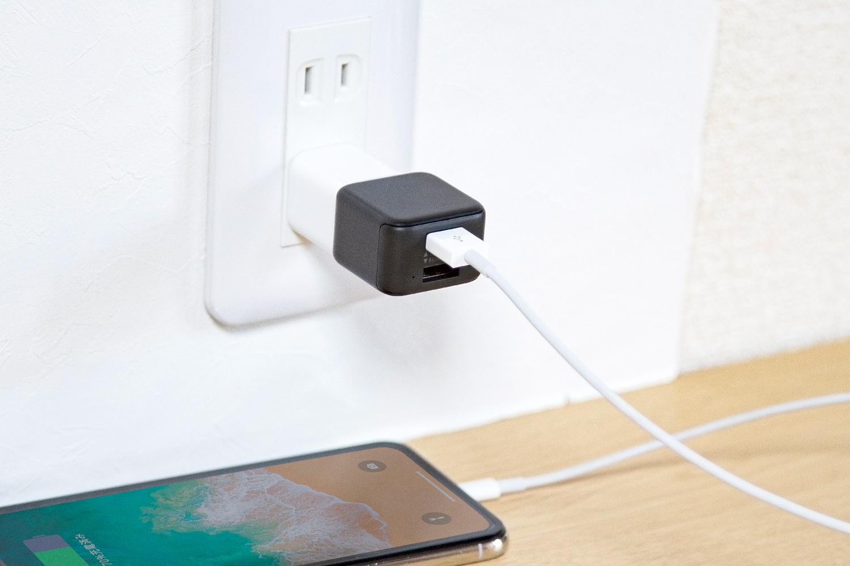 スマートフォンとUSB充電器との間にBoxCubeをつなぐだけで大切なデータを自動的にバックアップします