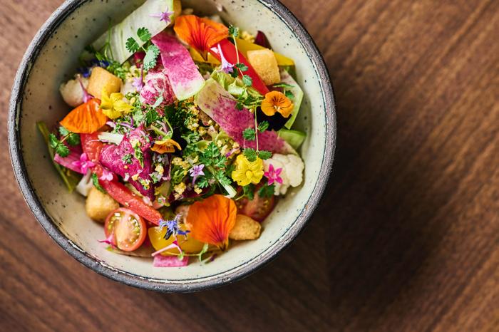 地元の新鮮野菜をたっぷりつかった 季節野菜のサラダ