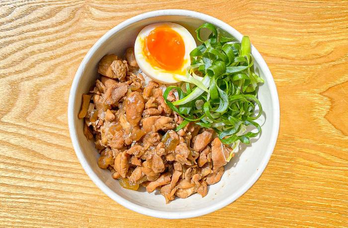 鶏モモ肉を使用した本格的な「鶏肉飯(チーローハン)」商品イメージ