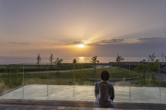 日の出を眺めながら楽しむ足湯