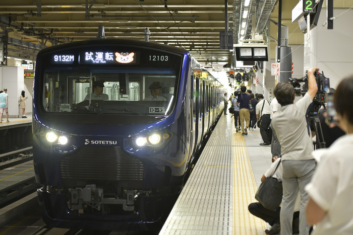 新宿駅5番線に入線する「12000系」①