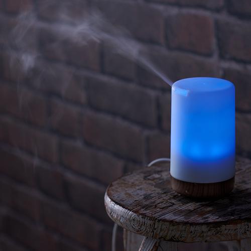 「アロマディフューザー Wood」光と香りによってヒーリング効果が期待できるアロマ拡散器。付属のUSBケーブルでパソコン等に接続し、卓上使用可能です。