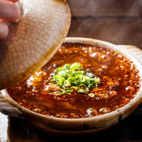 土鍋でグツグツ煮えた状態で提供される「俺達の麻婆豆腐」!豆腐がまるごと一丁入ってます!