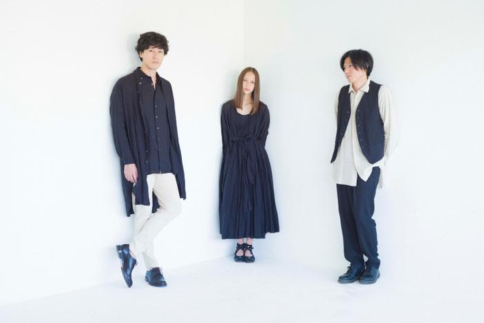 (左から)三船雅也(ROTH BART BARON)、HANA、中原鉄也(ROTH BART BARON)、衣装:suzuki takayuki、写真:澁谷征司