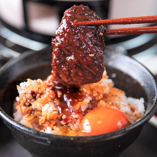 炊き立て米に、たれ焼肉を重ねて