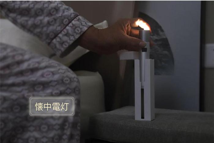 ホルダーから取り出すと、「懐中電灯」に早変わり。