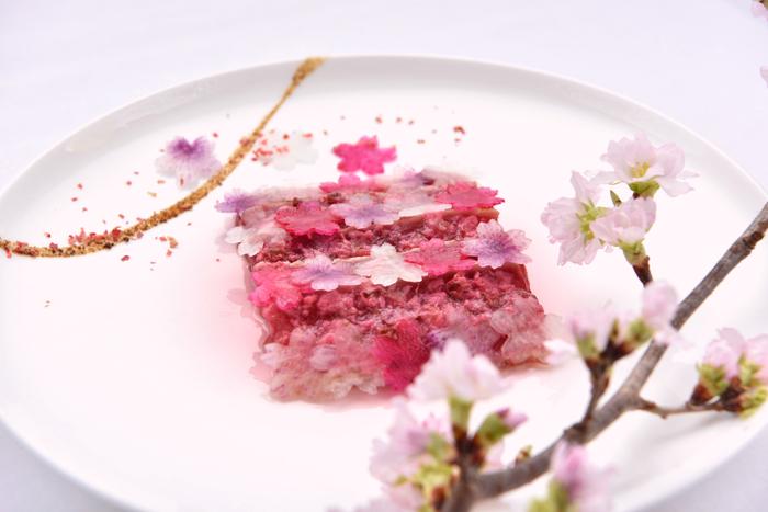 桜の花香る鮪のカルパッチョ 桜に見立てた根菜のコポー
