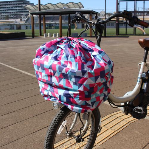 「フロントバスケットカバー Pattern」価格:590円/かぶせるだけの簡単装着で粉塵などから荷物を守る自転車用前カゴカバー。カゴをすっぽり覆えるので防犯対策にもなります。