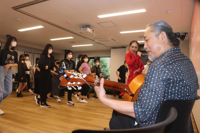 フラメンコ体験する生徒と指導をする星野・内田氏(ギター)