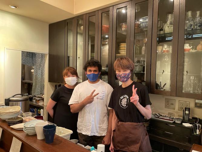(右)店主の原さん(中央)Ajicoさん(左)勤務先の上司さん